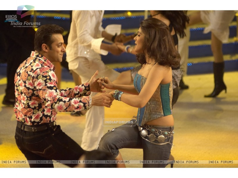 A cute scene of Salman and Priyanka (11828) size:800x600