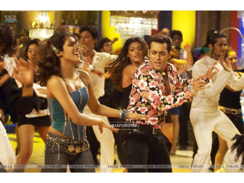 Salman and Priyanka enjoying dance (11834) size:800x600