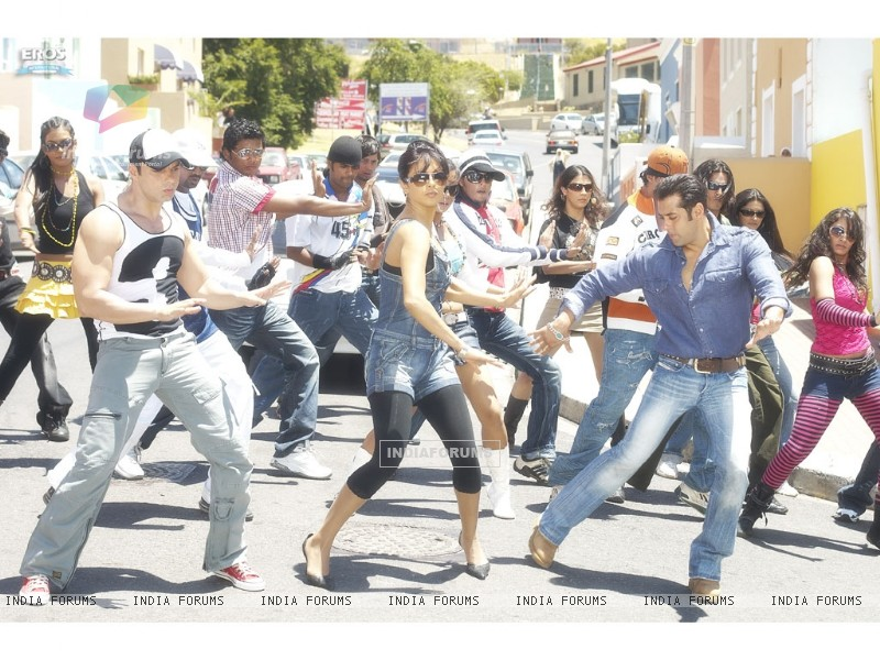 Salman,Priyanka and Sohail dancing on a road (11847) size:800x600