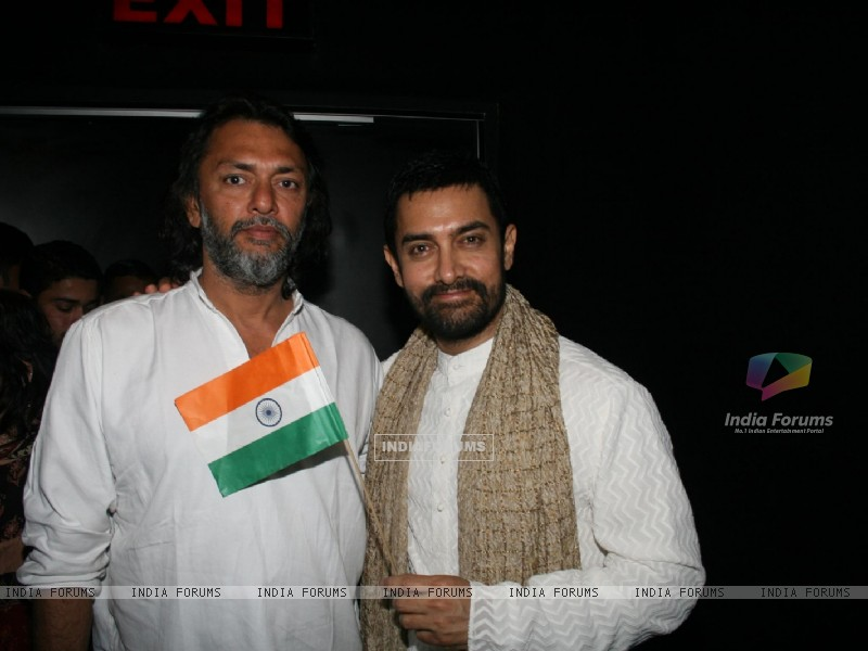 Aamir Khan and Rakeysh Omprakash Mehra at 'Rang De Basanti' team celebrates its 5th year (118472) size:800x600