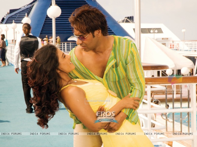 Romantic scene of Ajay and Kajol (12299) size:800x600