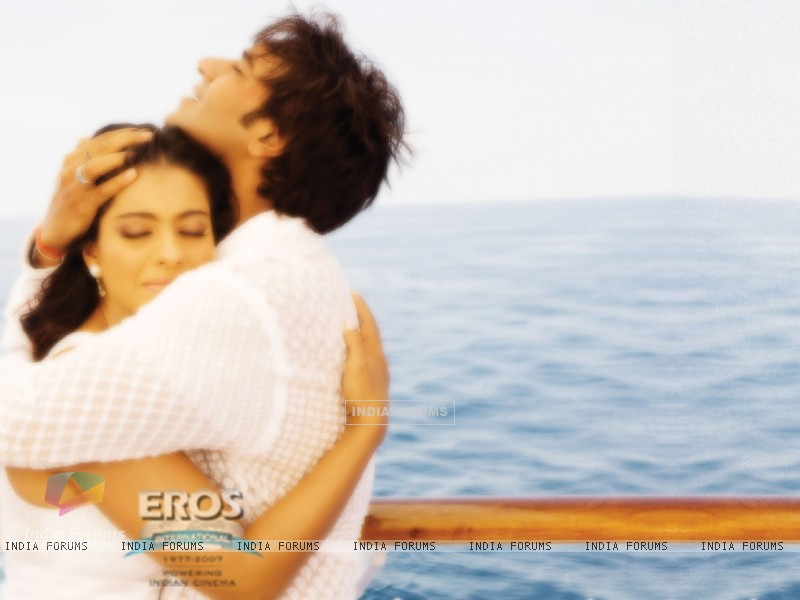 Kajol and Ajay hugging each other (12301) size:800x600