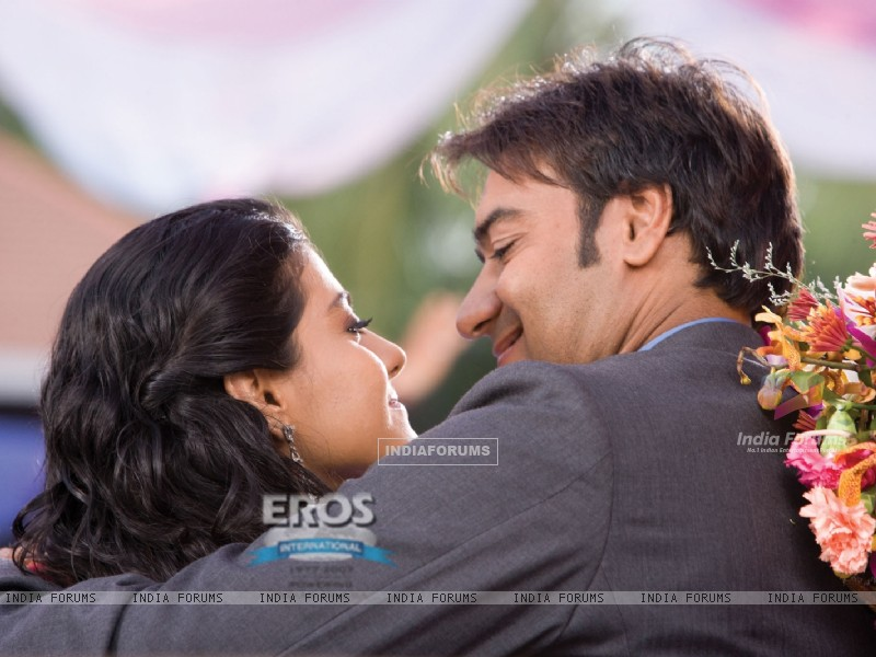 Kajol and Ajay Devgan loving scene (12303) size:800x600