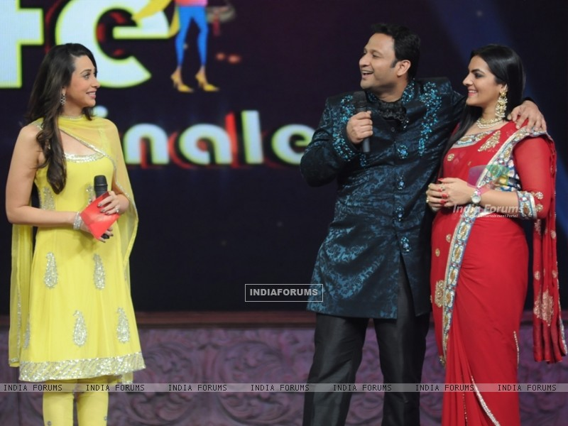 Karishma Kapoor with participants in Grand Finale of Wife Bina Life (124979) size:800x600