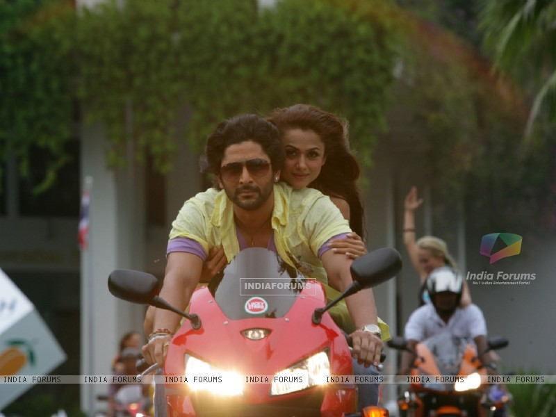 Arshad Warsi and Amrita Arora sitting on a bike (12685) size:800x600