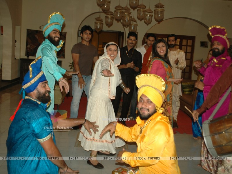 Baisakhi celebration on the sets of Na Aana Is Desh Laado (130058) size:800x600