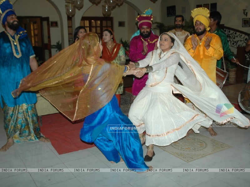 Baisakhi celebration on the sets of Na Aana Is Desh Laado (130060) size:800x600