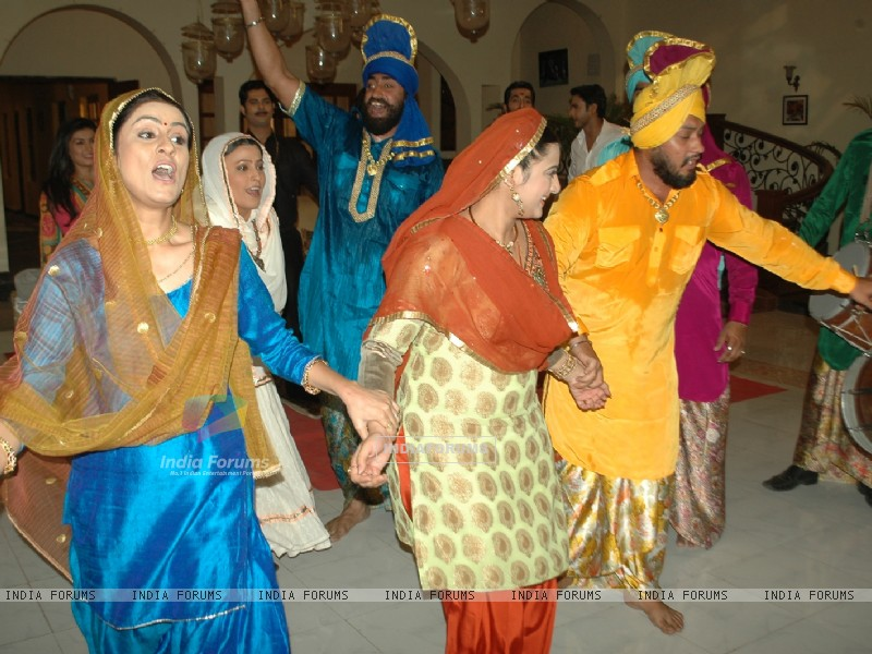 Baisakhi celebration on the sets of Na Aana Is Desh Laado (130061) size:800x600