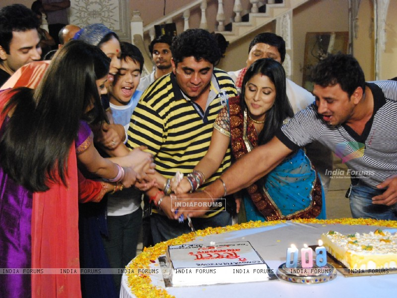 Cake Cutting of Ye Rishta Kya Kehlata Hai for completing 600 episodes (131011) size:800x600