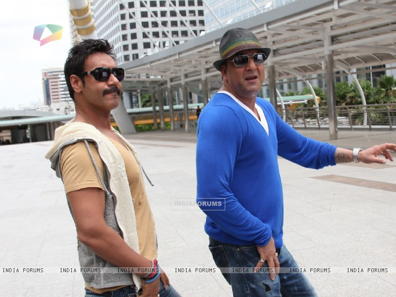 Sanjay Dutt and Ajay Devgn in the movie Rascals (159241) size:800x600