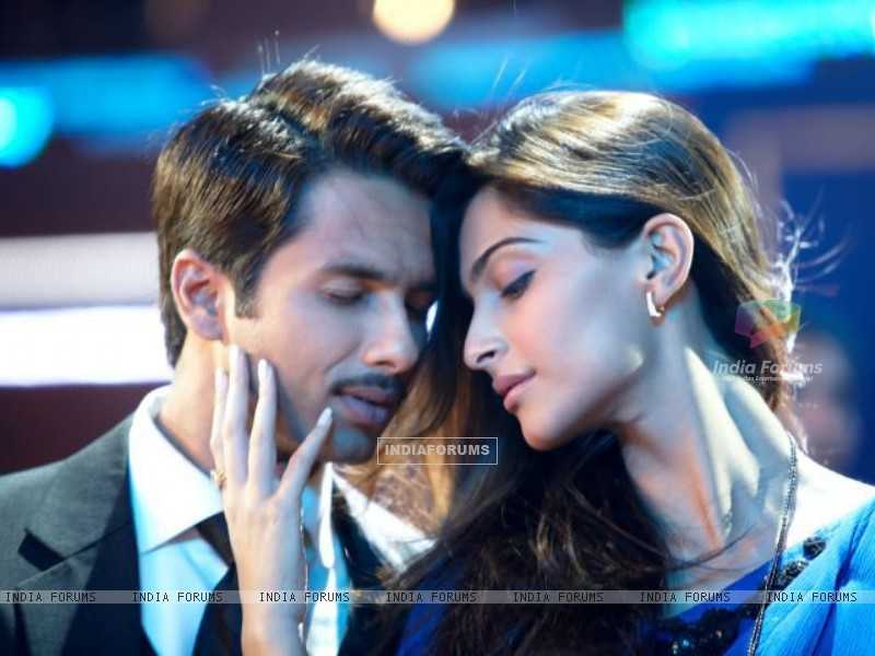 Shahid Kapoor & Sonam Kapoor as Harry and Aayat (161387) size:800x600