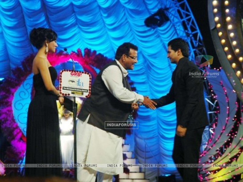 Karan Mehra receiving ITA award for popular actor (164021) size:800x600