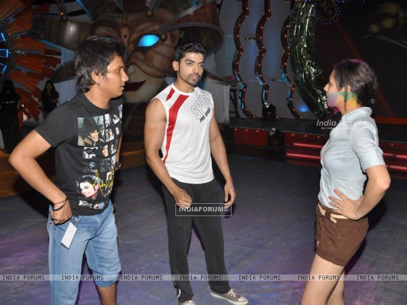 Gurmeet and Drashti Dhami practicing dance (170103) size:800x600