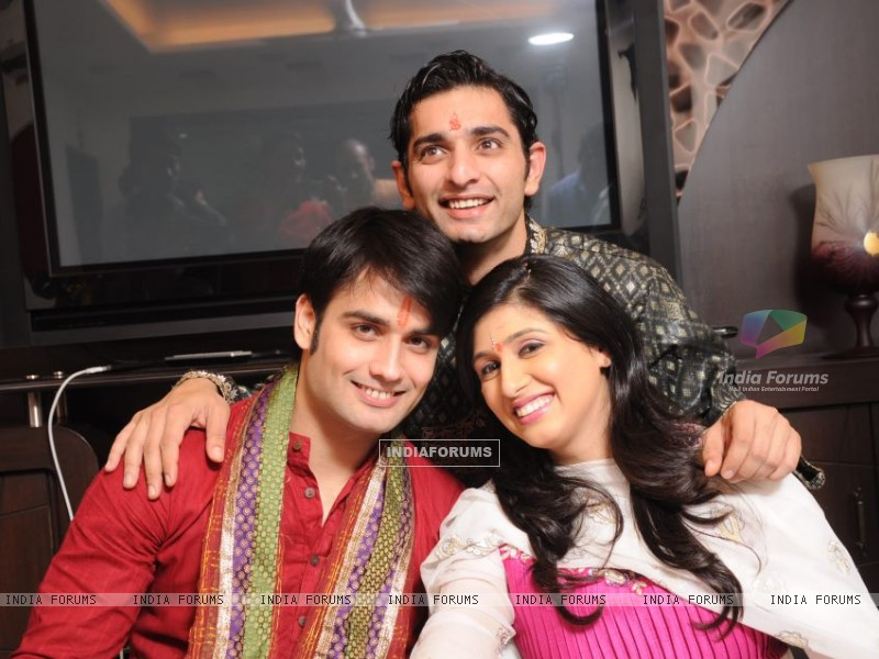 Vivian and Vahbiz with Siddharth (171032) size:800x600