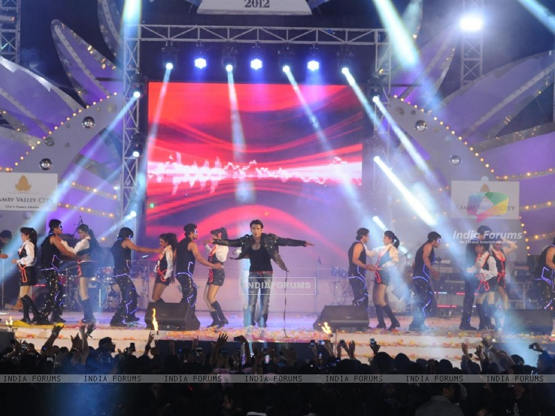 Ranveer Singh performing at Aamby Valley City for New Year's Eve event at Hotel Sahara Star in Lonav (176989) size:800x600