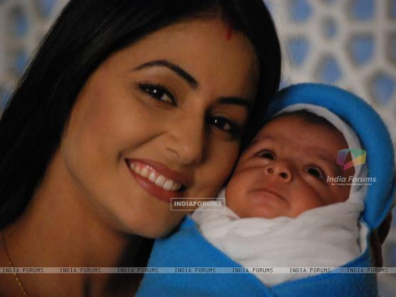 Akshara with her new born baby boy in tv show Ye Rishta Kya Kehlata Hai (182062) size:800x600