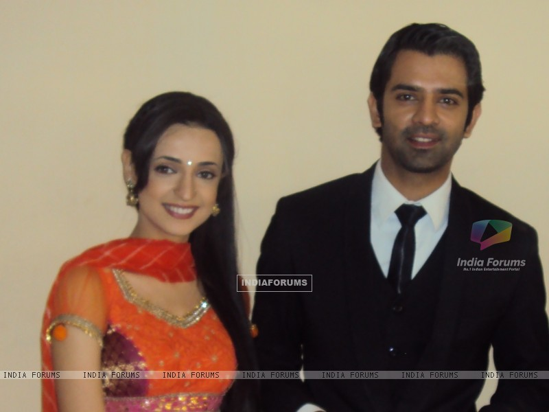 Barun and Sanyaa on the sets of Iss Pyar Ko Kya Naam Doon. (183224) size:800x600