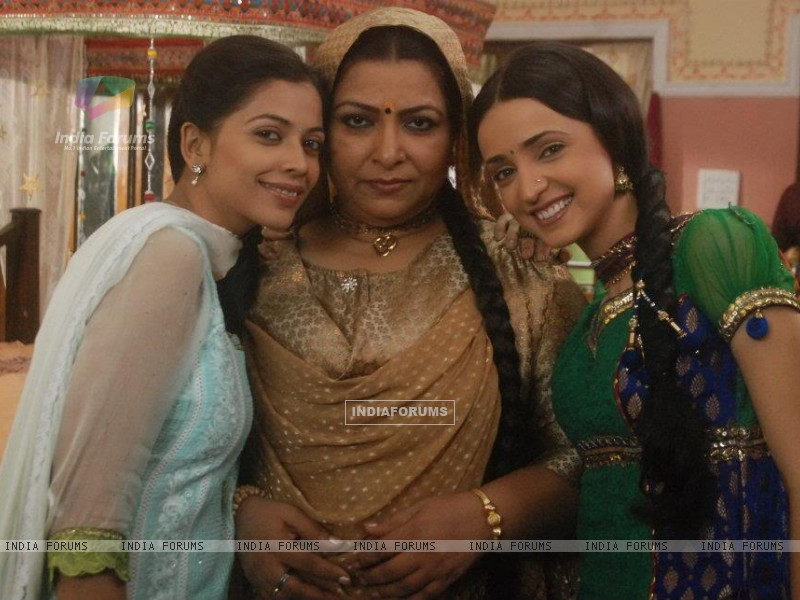 Sanaya, Deepali and Abhaa on the sets of Iss Pyaar Ko Kya Naam Doon (188090) size:800x600