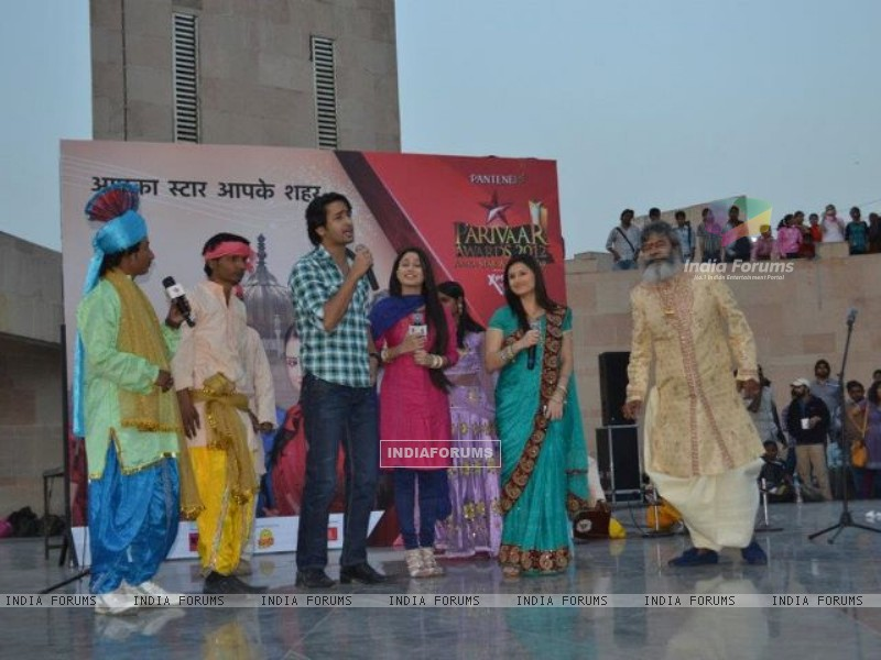 Shaheer sheikh and Soumya Seth on star parivaar awards 2012 TV Show (188830) size:800x600