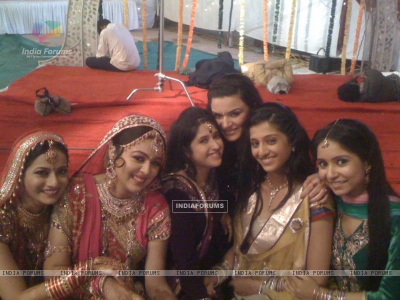 Behind the scenes of Shubh Vivah (190425) size:800x600
