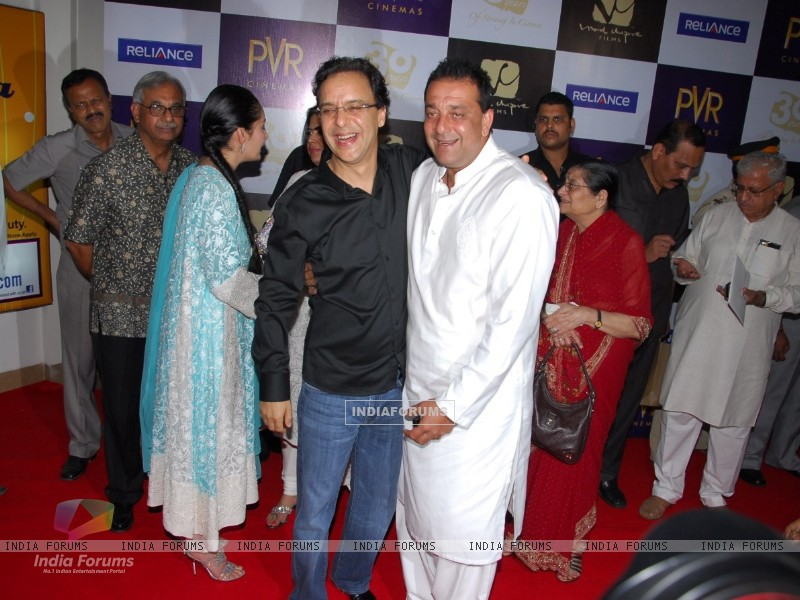 Sanjay Dutt, Manyata Dutt and Vidhu Vinod Chopra at premiere of film Parinda at PVR (191130) size:800x600