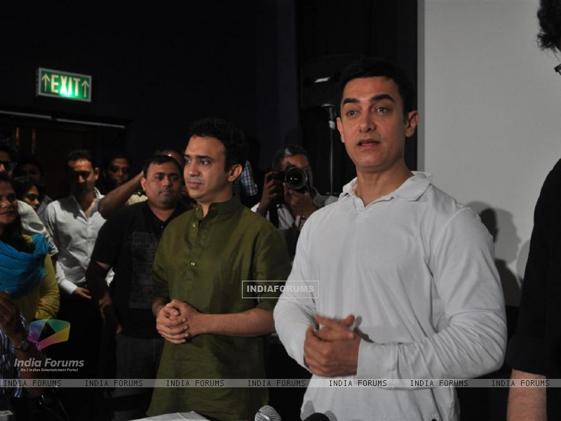 Aamir Khan during his first Television Reality Show unveiled with the song of �Satyamev Jayate Satyamev Jayate� (193637) size:800x600