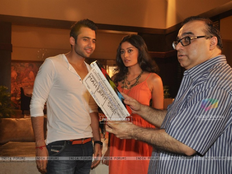 Jackky Bhagnani, Rajkumar Santoshi and Nidhi Subbaiah during the Mahurat of Movie �Ajab Gazabb Love� (193656) size:800x600