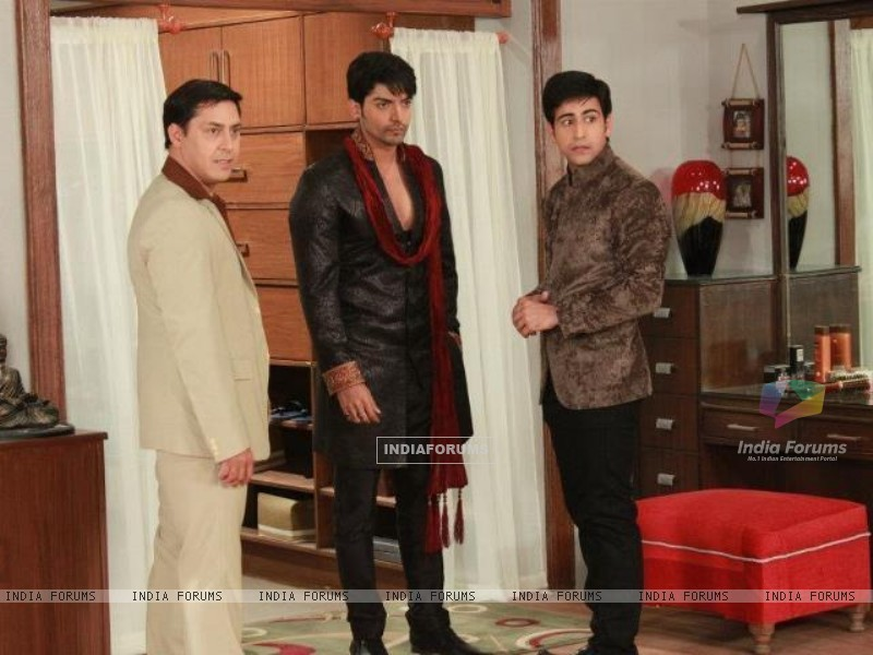 Gurmeeet Choudhary, Dishank Arora and Rakesh Kukreti on sets of punar vivah (195028) size:800x600