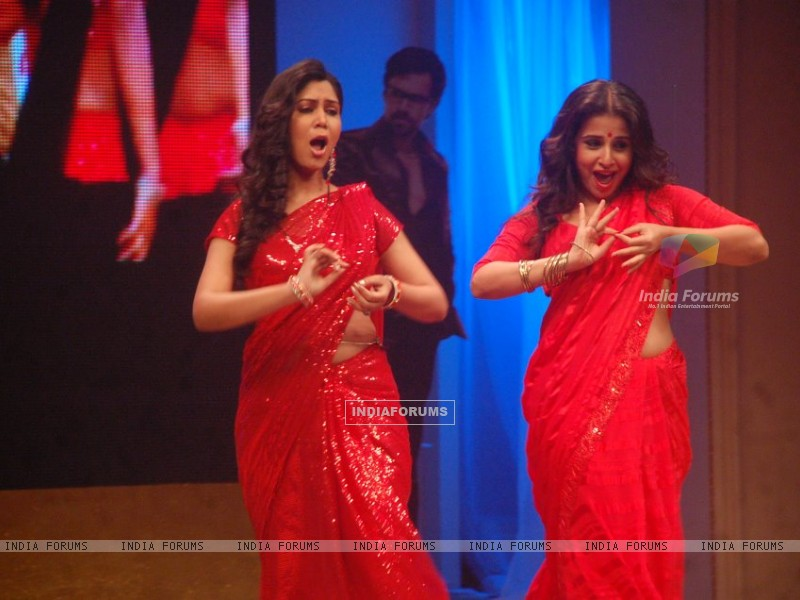 Saakshi Tanwar and Vidya Balan shaking leg on stage in Bade Acche Lagte Hai (196229) size:800x600