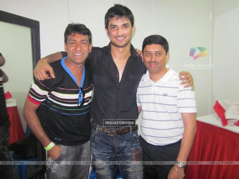 Sushant Singh Rajput With Event Managers At Bengluru Ganesh Utsav (197605) size:800x600