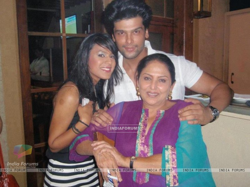 Kushal Tandon, Nia Sharma and Anju (197975) size:800x600