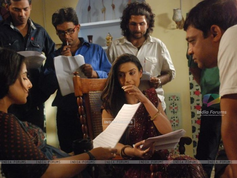 Rati Pandey's Offscreen Picture while shooting with vidiya in Hitler Didi (198022) size:800x600