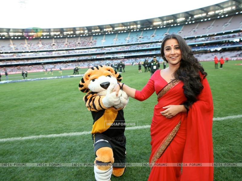 Vidya Balan handing the Match Ball to the ground at the Melbourne Cricket Ground (198415) size:800x600