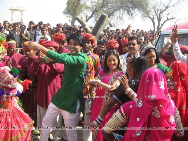 Deepika Singh with Anas Rashid on the sets of Diya Aur Baati Hum (199065) size:800x600