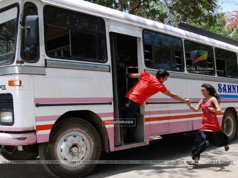 Himansh giving hand to Abigail to get into the bus (202523) size:800x600