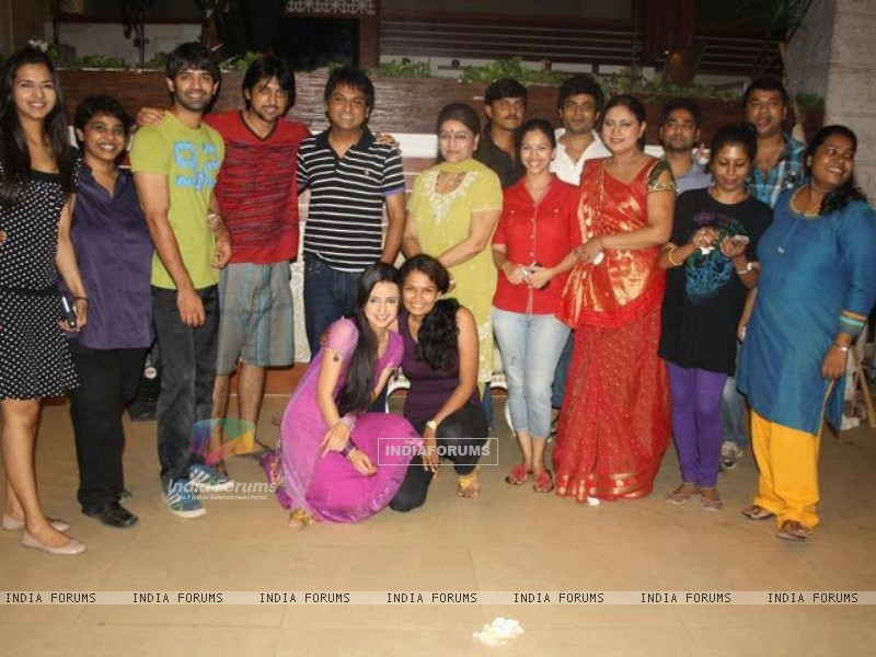 The cast and crew of Iss Pyaar Ko Kya Naam Doon? celebrating their one year anniversary. (202556) size:800x600