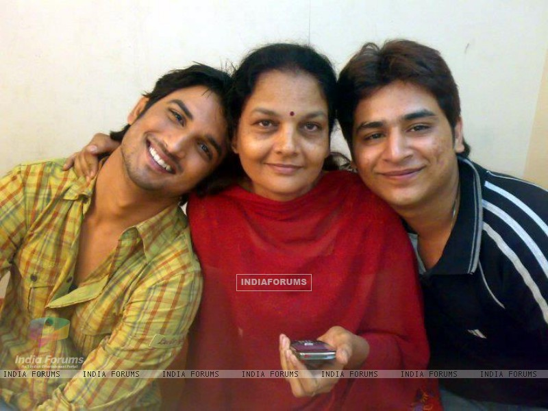 Sushant Singh Rajput With Ankita's Mother (202571) size:800x600