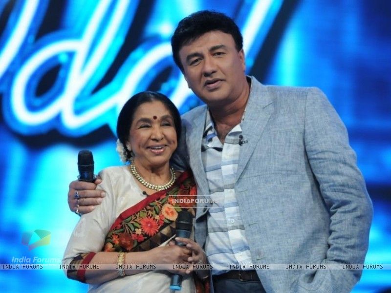 Asha Bhosle and Anu Malik on the set of Indian Idol 6 (204753) size:800x600