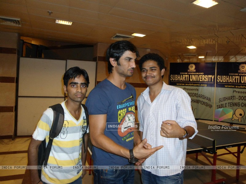 Sushant Singh Rajput With Fans At Subharti University (205732) size:800x600