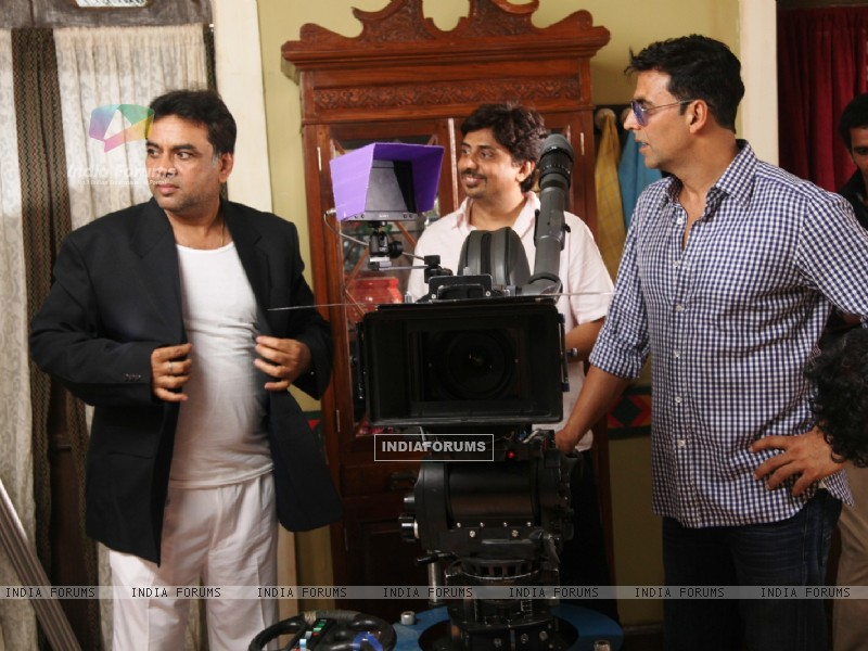 Akshay Kumar and Paresh Rawal on the sets of movie OMG! Oh My God (212084) size:800x600