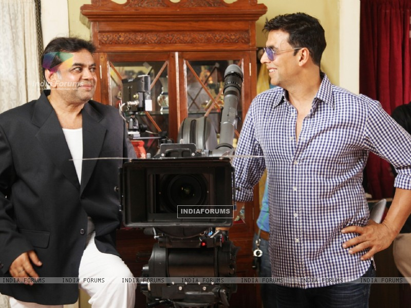 Akshay Kumar and Paresh Rawal on the sets of movie OMG! Oh My God (212085) size:800x600