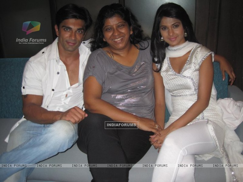 Jennifer Winget and Karan Singh Grover (212142) size:800x600