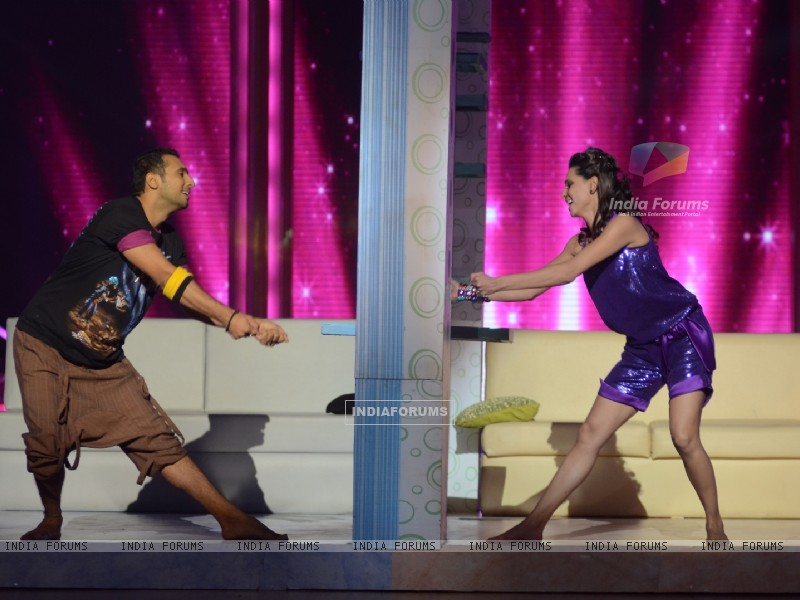 Contestant Shibani Dandekar performing with Puneet on Daaru Desi in Jhalak Dikhhla Jaa. . (213645) size:800x600