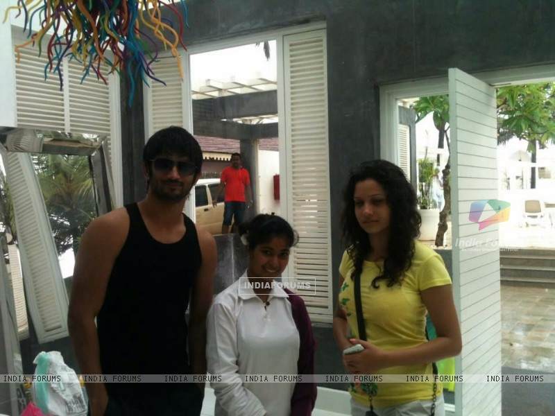 Sushant Singh Rajput, Ankita Lokhande With A Fan In Goa (214486) size:800x600