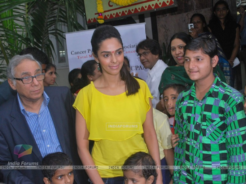Bollywood actress Mallika Sherawat meets CPAA patients in Mumbai . (217380) size:800x600