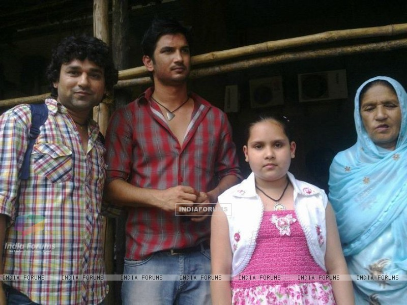 Sushant Singh Rajput With His Fans On Pavitra Rishta Set (218492) size:800x600
