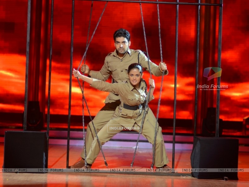 Gurmeet Choudhary and Shampa performing Desh Bakti Act on Jhalak Dikhla Jaa (221969) size:800x600