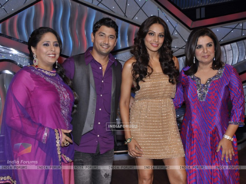 Bipasha Basu, Farah Khan, Geeta Kapur, Marzi Pestonji on the sets of DID Little Masters (222932) size:800x600