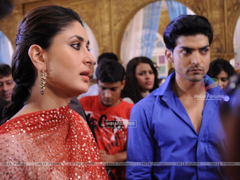 Gurmeet Choudhary with Kareena Kapoor on sets of Punar Vivah (224751) size:800x600