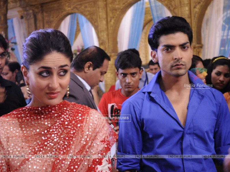Gurmeet Choudhary with Kareena Kapoor on sets of Punar Vivah (224752) size:800x600